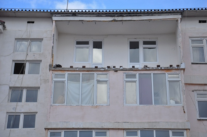 В Таразе ветром сдуло балкон