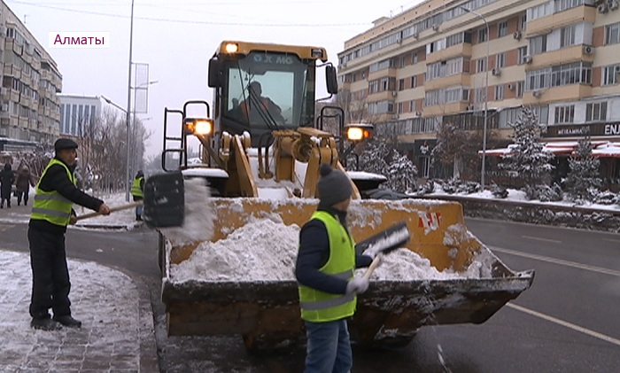 Более 2 000 рабочих очищают от снега улицы Алматы