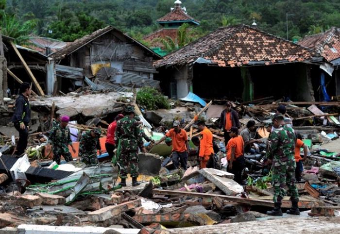 Видео из Индонезии, где цунами убило более 200 человек, облетело мировые СМИ