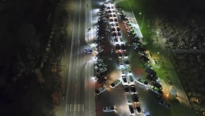 Десятки автомобилей выстроились в виде елки в Актау (видео)