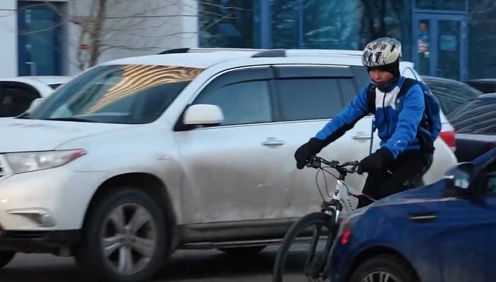 Астанчанин в 30-градусный мороз добирается до работы на велосипеде (видео)