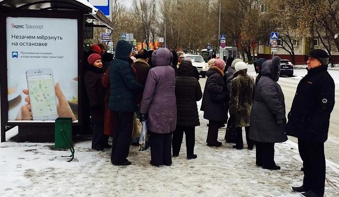 В Усть-Каменогорске водители бесплатно подвозят горожан, замерзающих на остановках