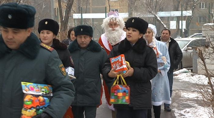 Участковые вместе с Дедом Морозом поздравляют алматинских детей