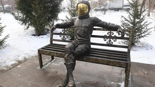 Памятник Гагарину появился на одной из скамеек в Алматы