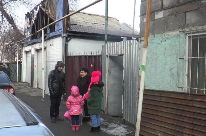 Пострадавшие поблагодарили полицейского, спасшего 6 человек из огня в Алматы