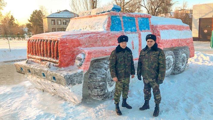 Пожарную машину из снега слепили в Уральске