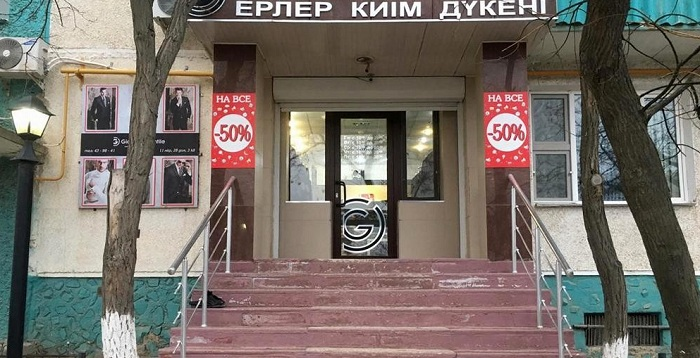 Житель Актау ограбил магазин и оставил ботинки перед входом (видео)