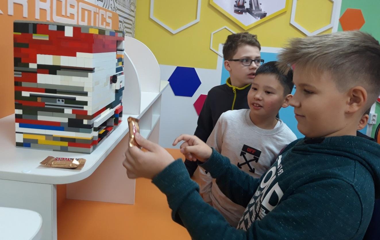 Павлодарские школьники изобрели робота, продающего шоколад