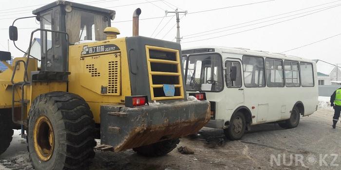 Бульдозер пропорол автобус: гололед в Уральске привел к массовым ДТП