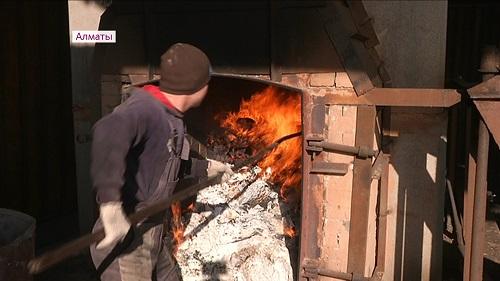 Несколько тысяч пар контрафактных носков сожгли под Алматы