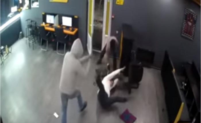 Видео с ограблением букмекерской конторы в Алматы попало в Сеть