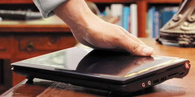 Следователь по уголовным делам пытался украсть ноутбук в Актобе