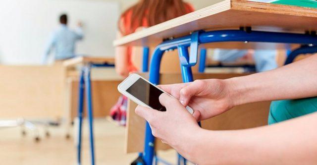 Забрать смартфоны у школьников на один день хотят в Казахстане