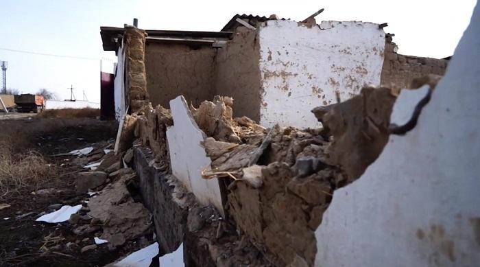 В Туркестане едва не снесли дом, в котором находились люди