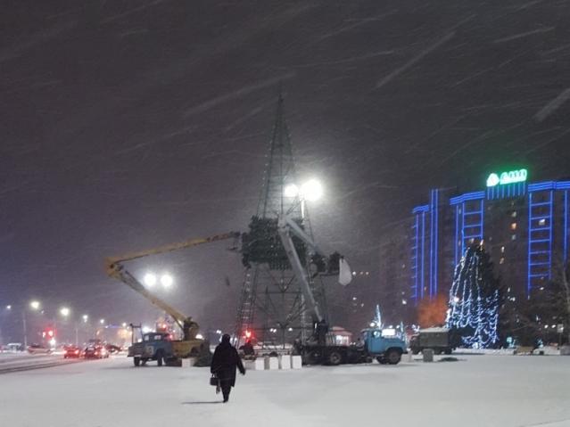 В Усть-Каменогорске демонтировали ёлку