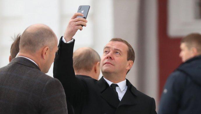 Сагинтаев пообещал Медведеву прокатить его на беспилотном автомобиле из Казахстана