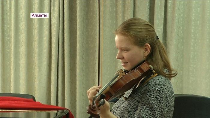 Профессора музыки из Швейцарии дают недельный мастер-класс по скрипке в Алматы