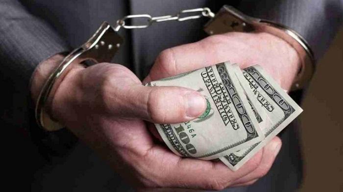 В Алматы задержали судью при получении взятки в 10 000 долларов