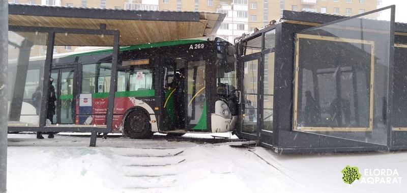 Пассажирский автобус врезался в теплую остановку в Астане