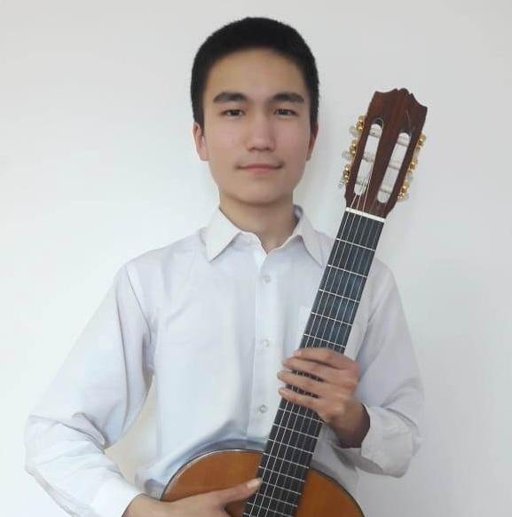 Павлодарлық музыка мектебінің оқушысы жеті аспапта ойнайды