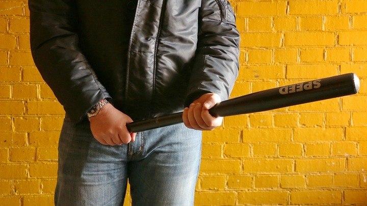 Студенты избили битой мужчину, пустившего их погреться в дом, в Карагандинской области