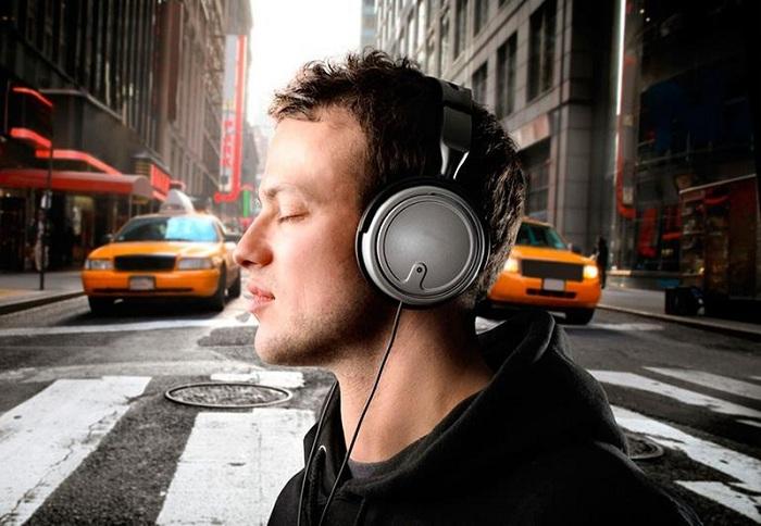 От громкой музыки в наушниках можно потерять слух - ВОЗ