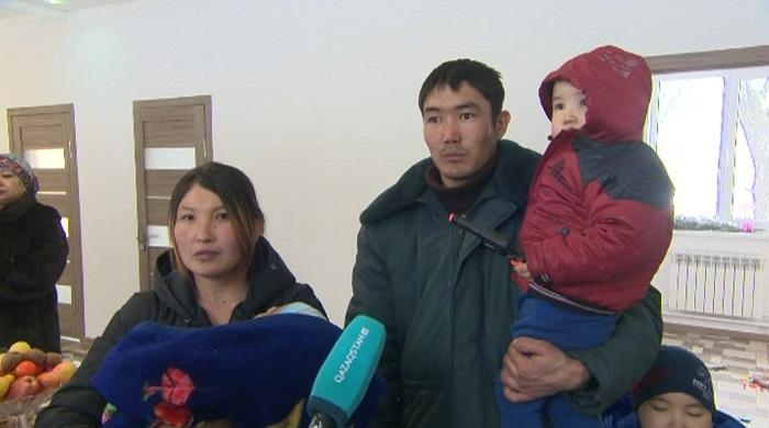 Проживавшей в бане многодетной семье подарили дом в Талгаре