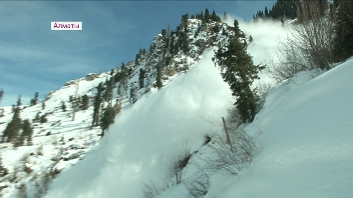 Профилактический спуск лавин прошел в горах Алматы
