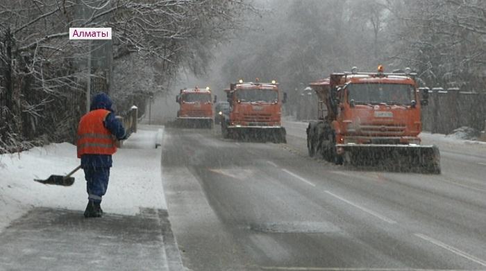 Сутки шел снег в Алматы: как справляются коммунальщики