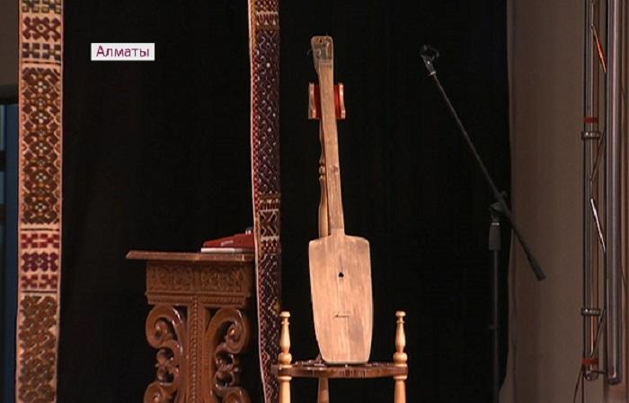 Домбру Шакарима подарили музею Алматы