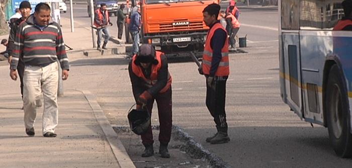 Рабочих во время ремонта дорог сбили в Алматы