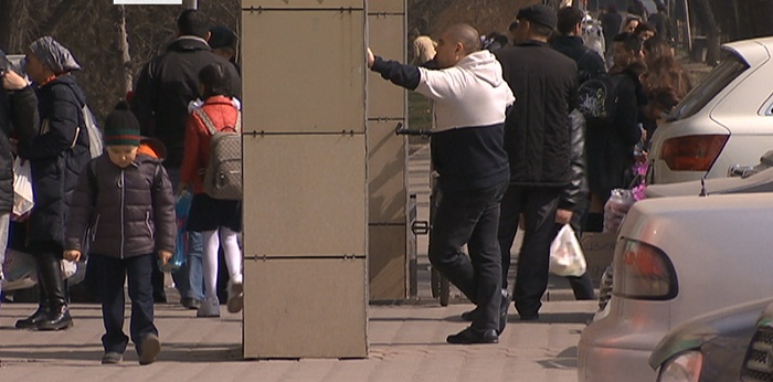 Незаконные заборы и пристройки на тротуарах требует убрать акимат Алматы