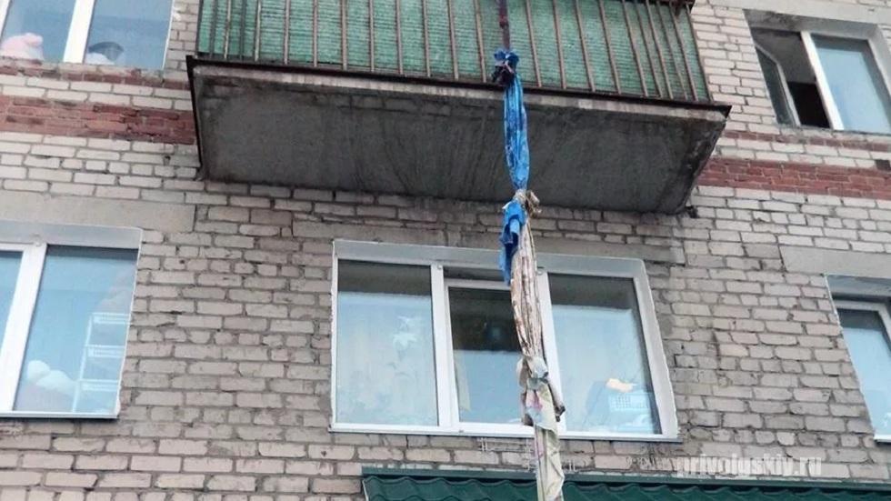 Житель Усть-Каменогорска пытался на простынях спуститься из окна многоэтажки