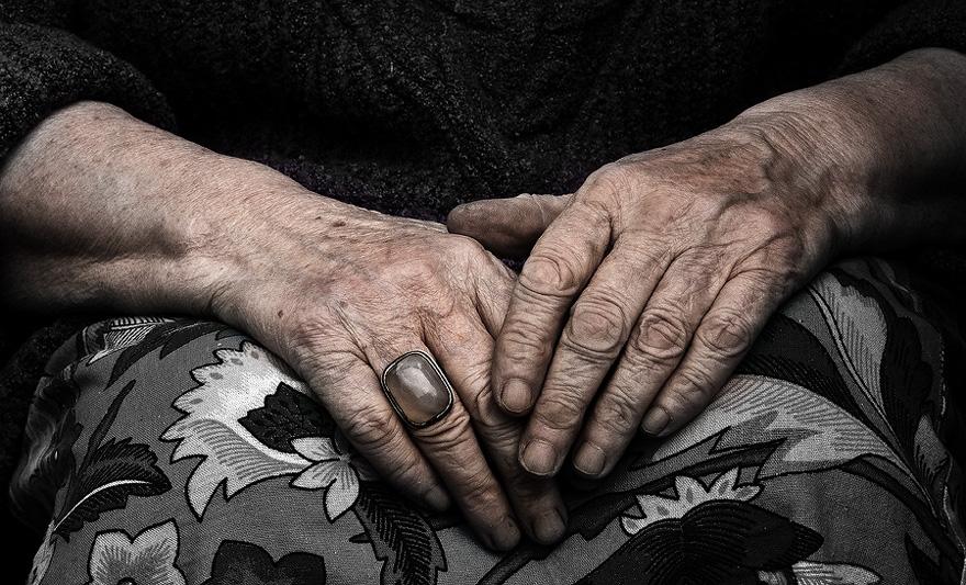 Алматыда қарт әжей қайтыс болған күтушісінің мәйітімен бір апта бірге тұрған