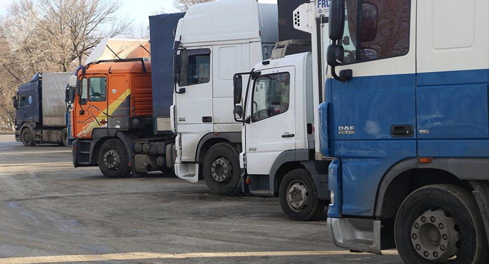 На границе с Кыргызстаном скопилось более 300 автомашин и грузовиков