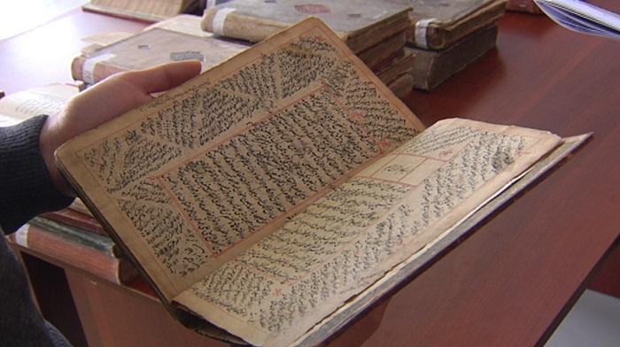 Копии рукописных научных трудов аль-Фараби получил КазНУ в Алматы
