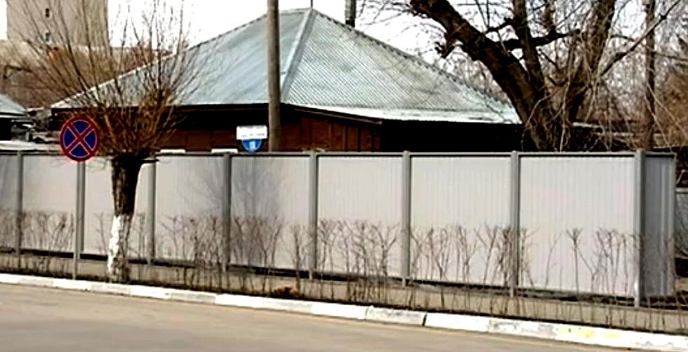 Старые и ветхие дома в Петропавловске спрятали за забором