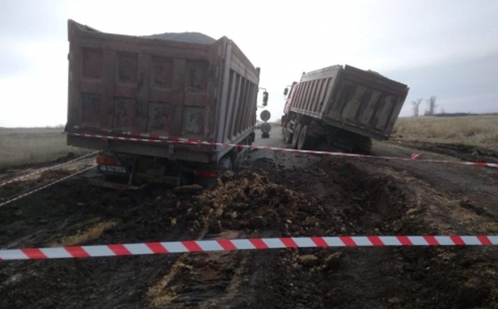 Водителей застрявших в асфальте грузовиков в Карагандинской области разыскивает полиция