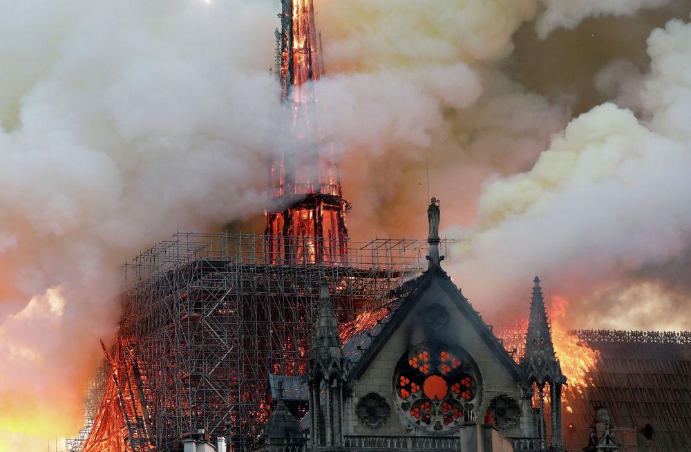 Названа вероятная причина пожара в Нотр-Дам-де-Пари