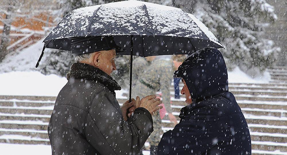 Из-за снегопада в Атырау люди остались без света