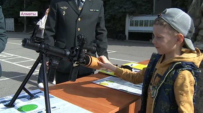 В Академии пограничной службы КНБ Алматы для детей прошел день открытых дверей