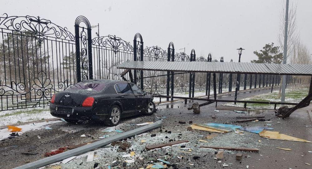 Bentley влетел в остановку в столице