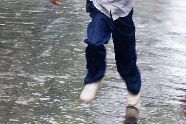 Ребенок побежал под колеса автобуса в Алматы (ВИДЕО)