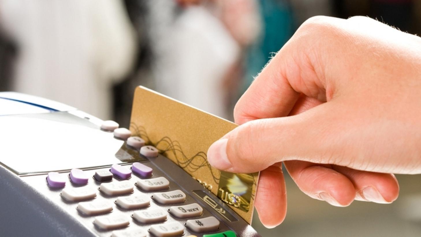 В столице официант воровал деньги с банковских карт посетителей