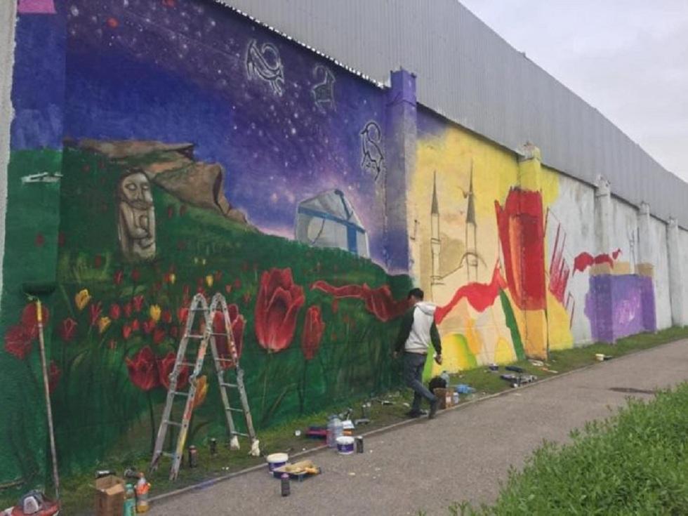 Стены тюрьмы в Шымкенте превратили  в арт-объект