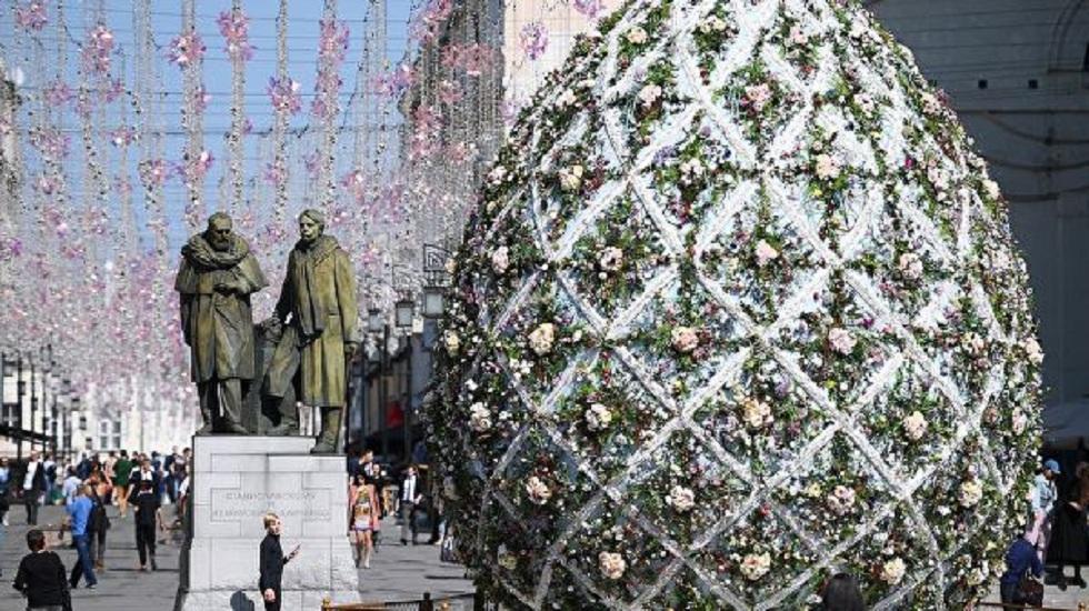 Семиметровые пасхальные яйца украсили Москву