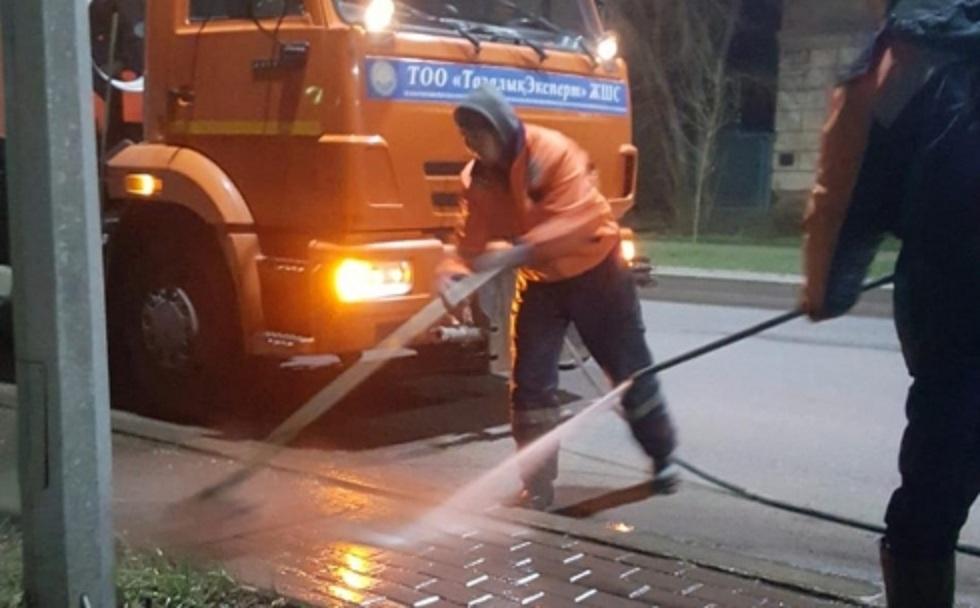 Улицы Караганды моют шампунем