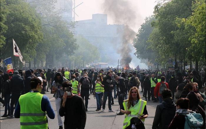 Полиция Франции задерживает людей перед началом первомайских демонстраций