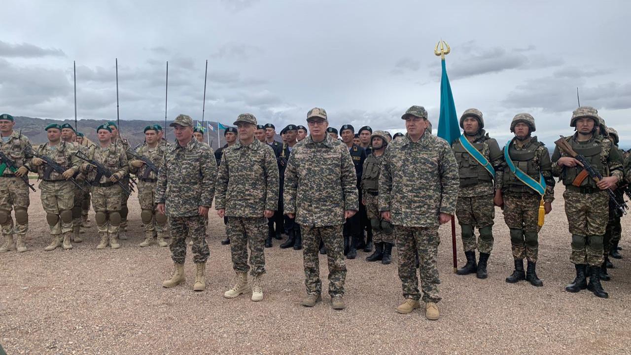 Токаев поздравил военнослужащих с Днем защитника Отечества