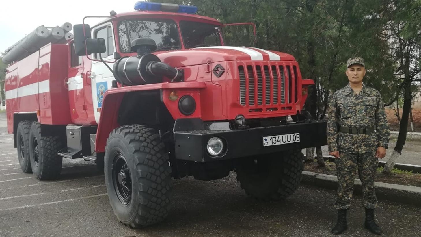 Военнослужащий вынес из горящего дома 4 газовых баллона в Алматинской области